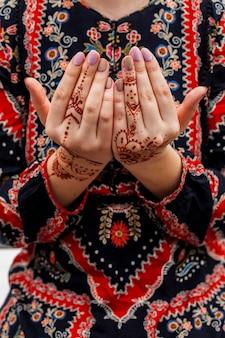 Vrouwelijke handen geschilderd met mehndi