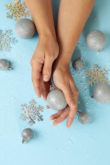Vrouwelijke handen houden kerstballen geïsoleerd