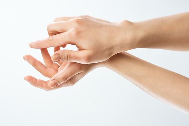 Vrouwelijke handen huidverzorging hydraterende geneeskunde close-up