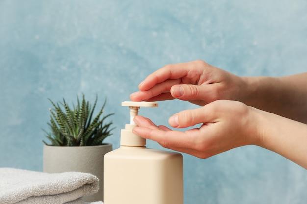 Vrouwelijke handen knijpen vloeibare zeep. persoonlijke hygiëne concept