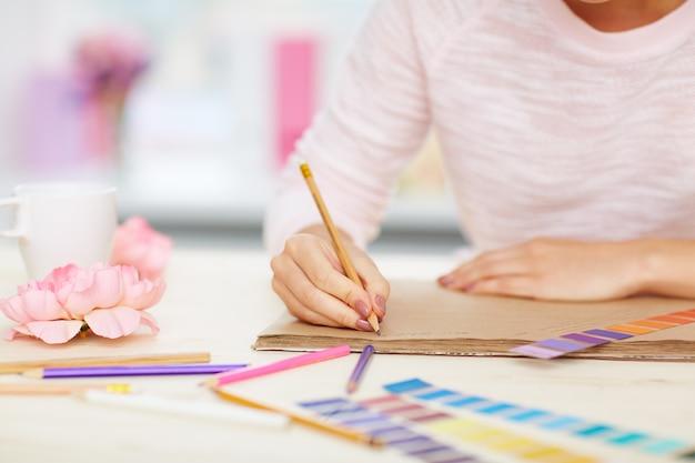 Vrouwelijke handen maken van aantekeningen