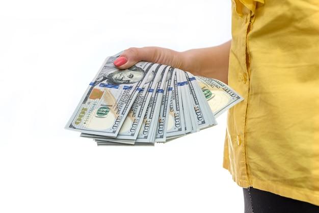 Vrouwelijke handen met amerikaanse dollar biljetten close-up