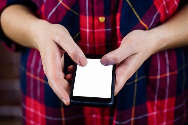 Vrouwelijke handen met behulp van smartphone