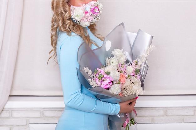 Vrouwelijke handen met boeket bloemen