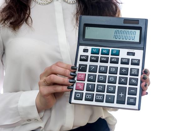 Vrouwelijke handen met calculatorclose-up op wit wordt geïsoleerd dat
