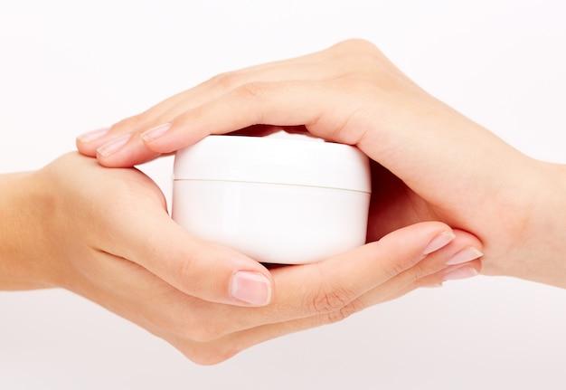 Vrouwelijke handen met cosmetica