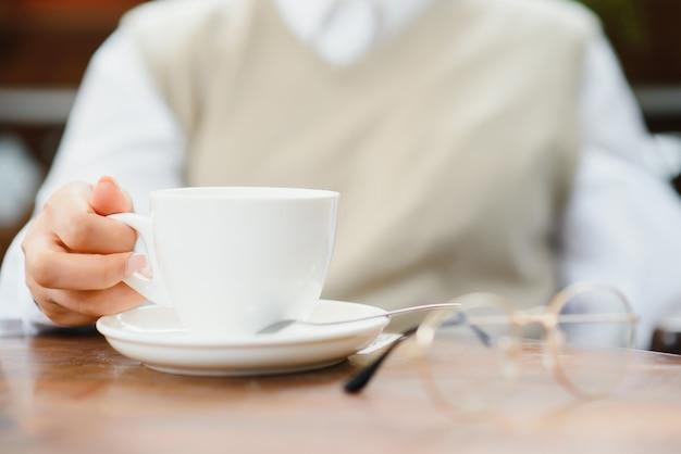 Vrouwelijke handen met een kopje koffie