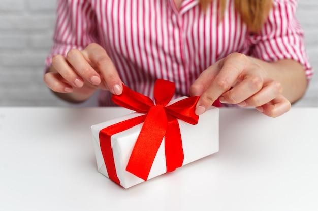 Vrouwelijke handen met geschenkdoos,