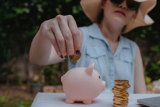 Vrouwelijke handen met gouden munten munten buiten achtergrond.