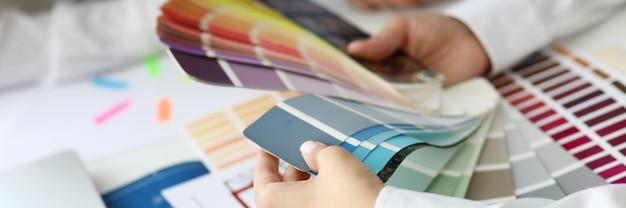 Vrouwelijke handen met kleurenkaart