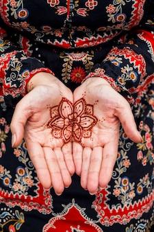 Vrouwelijke handen met mehndi