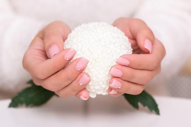 Vrouwelijke handen met naakte manicurespijkers