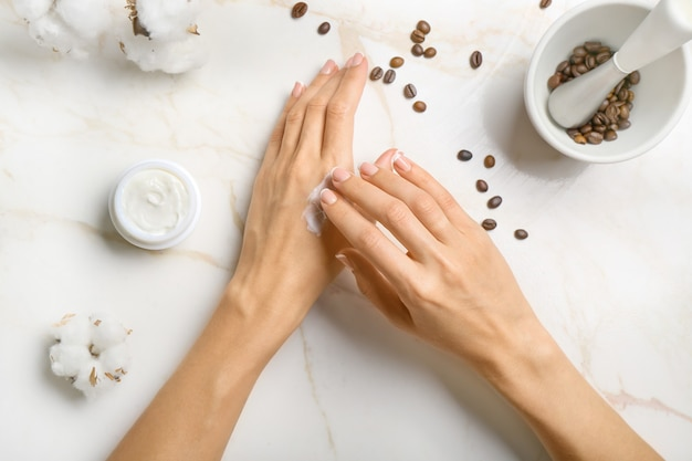 Vrouwelijke handen met natuurlijke room