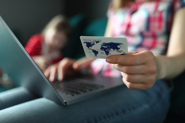 Vrouwelijke handen met plastic creditcard en laptop