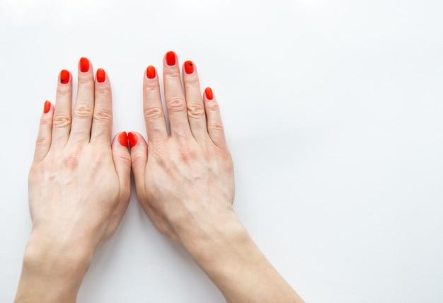 Vrouwelijke handen met rode manicure