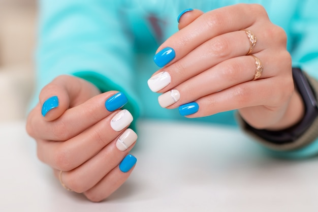 Vrouwelijke handen met romantische manicurespijkers