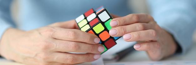 Vrouwelijke handen met rubik kubus close-up