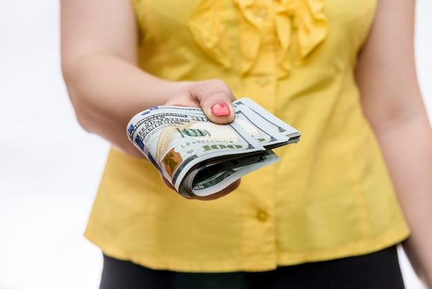 Vrouwelijke handen met stapel dollar biljetten close-up