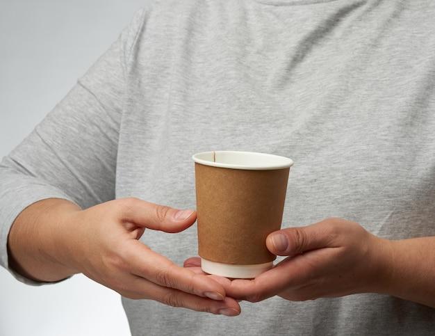Vrouwelijke handen met wegwerp papercup voor koffie