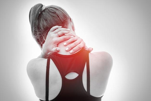 Vrouwelijke handen op de nek van de achterkant geïsoleerd op wit