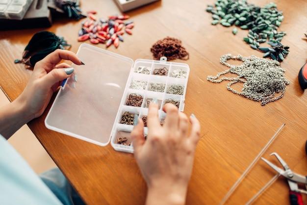 Vrouwelijke handen tegen accessoires voor handwerk