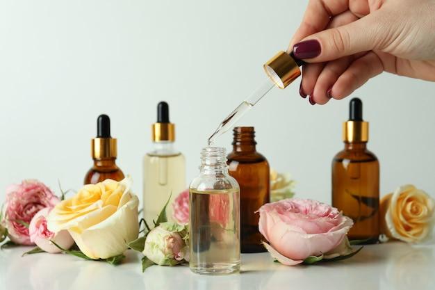 Vrouwelijke handpipet met essentiële rozenolie
