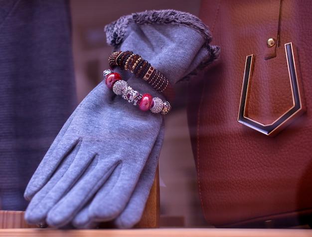 Vrouwelijke handschoenen en armbanden