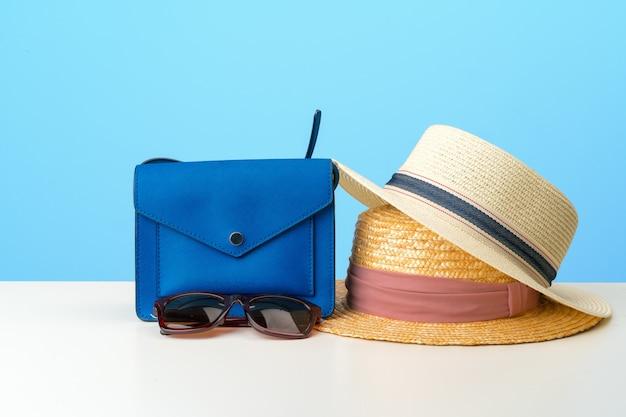 Vrouwelijke handtas met accessoires plat bovenaanzicht