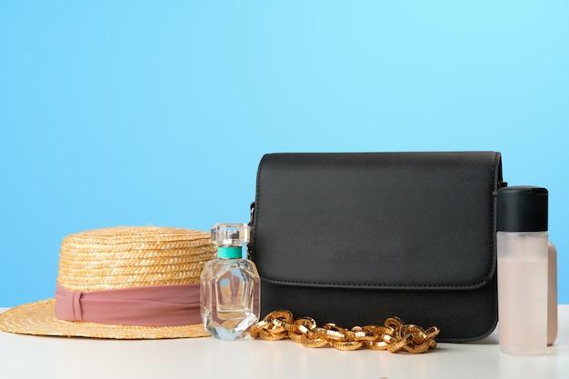 Vrouwelijke handtas met accessoires plat lag bovenaanzicht
