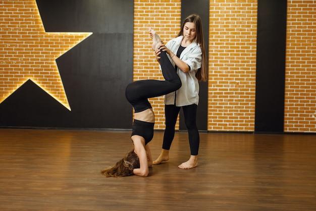 Vrouwelijke hedendaagse dansartiest, opleiding in studio. danseres op training in de klas, modern dansen, rekoefeningen