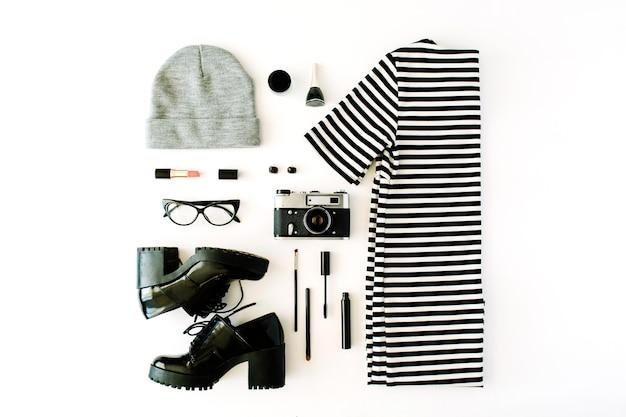 Vrouwelijke herfst en winterkleren collage met retro camera, accessoires en cosmetica op wit