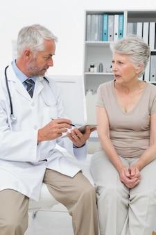 Vrouwelijke hogere patiënt die een arts bezoekt