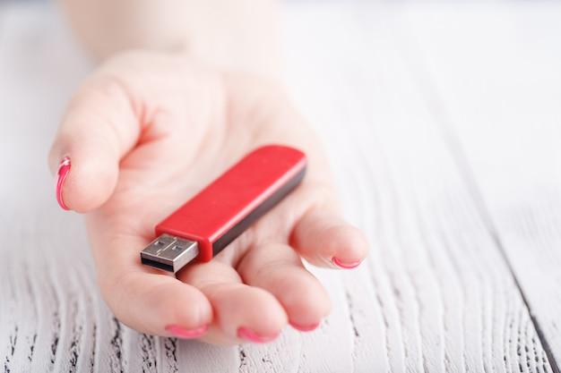 Vrouwelijke hold usb stick flash drive