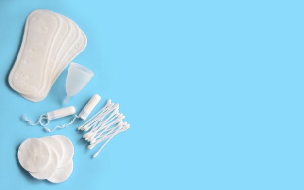 Vrouwelijke hygiëneaccessoires. concept van vrouwelijke hygiëne tijdens de menstruatie.