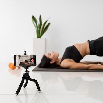 Vrouwelijke influencer thuis trainen
