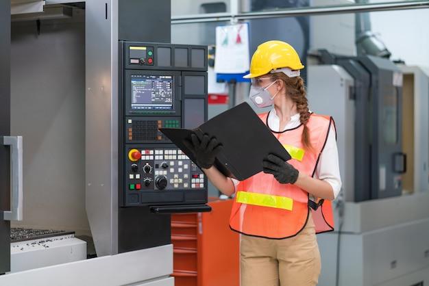 Vrouwelijke ingenieur besturingselementen cnc-machines