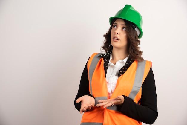 Vrouwelijke ingenieur die nerveus wordt over een project