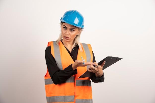 Vrouwelijke ingenieur die ruzie op witte achtergrond heeft. hoge kwaliteit foto