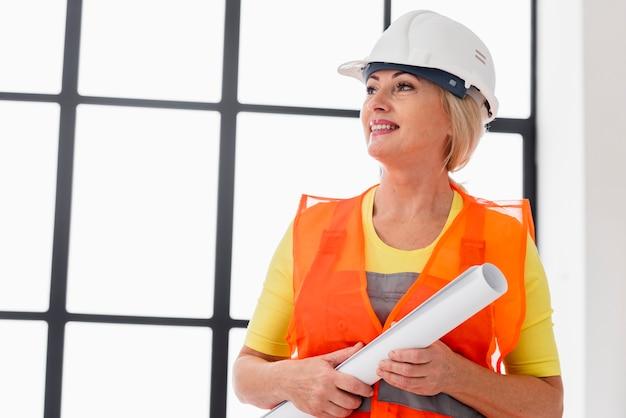 Vrouwelijke ingenieur met lage hoek