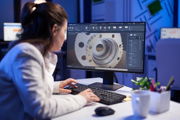 Vrouwelijke ingenieur werkt aan een nieuw digitaal prototype met behulp van professionele bouwmachines