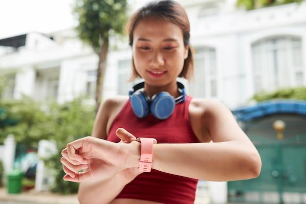 Vrouwelijke jogger die pols controleert