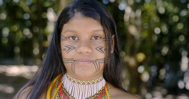 Vrouwelijke jonge indiaan van de pataxã³-stam. braziliaanse indiaan.