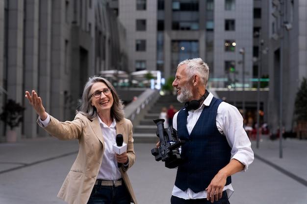 Vrouwelijke journalist met haar cameraman