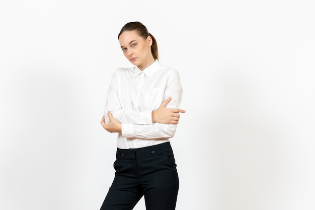 Vrouwelijke kantoormedewerker in elegante witte blouse op licht wit