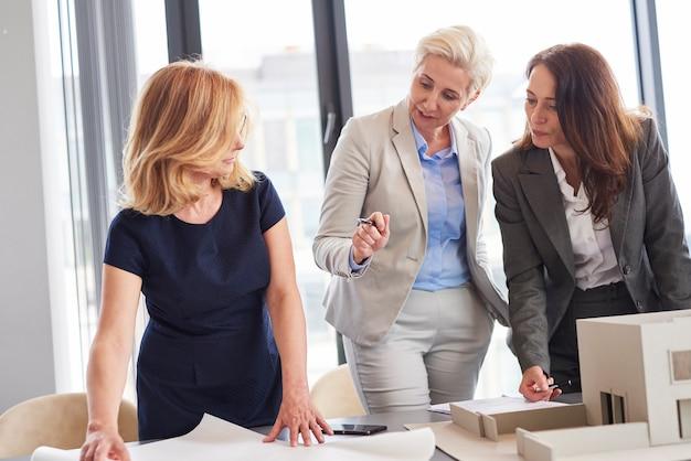 Vrouwelijke kantoormedewerkers overleggen over strategie