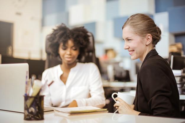 Vrouwelijke kantoormedewerkers