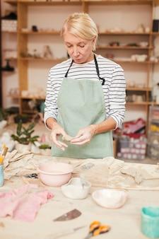 Vrouwelijke keramiste
