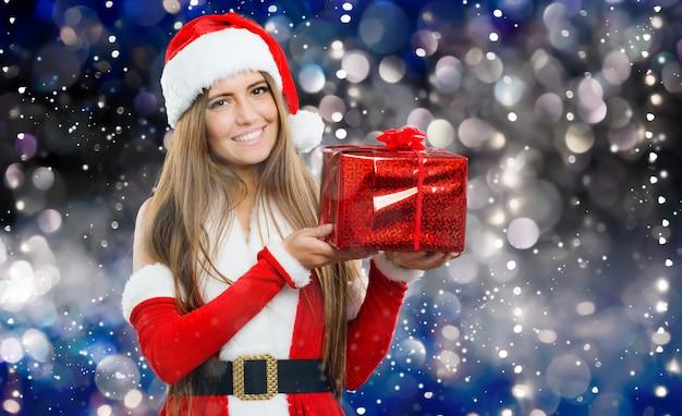 Vrouwelijke kerstman die u een cadeau geeft