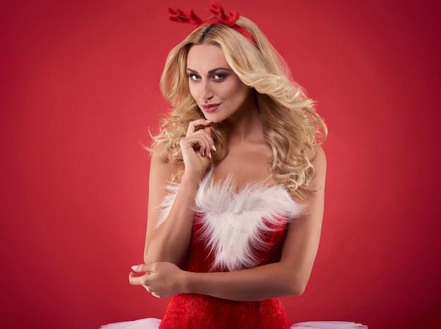 Vrouwelijke kerstman met rendiergeweien