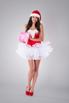 Vrouwelijke kerstman met roze cadeau